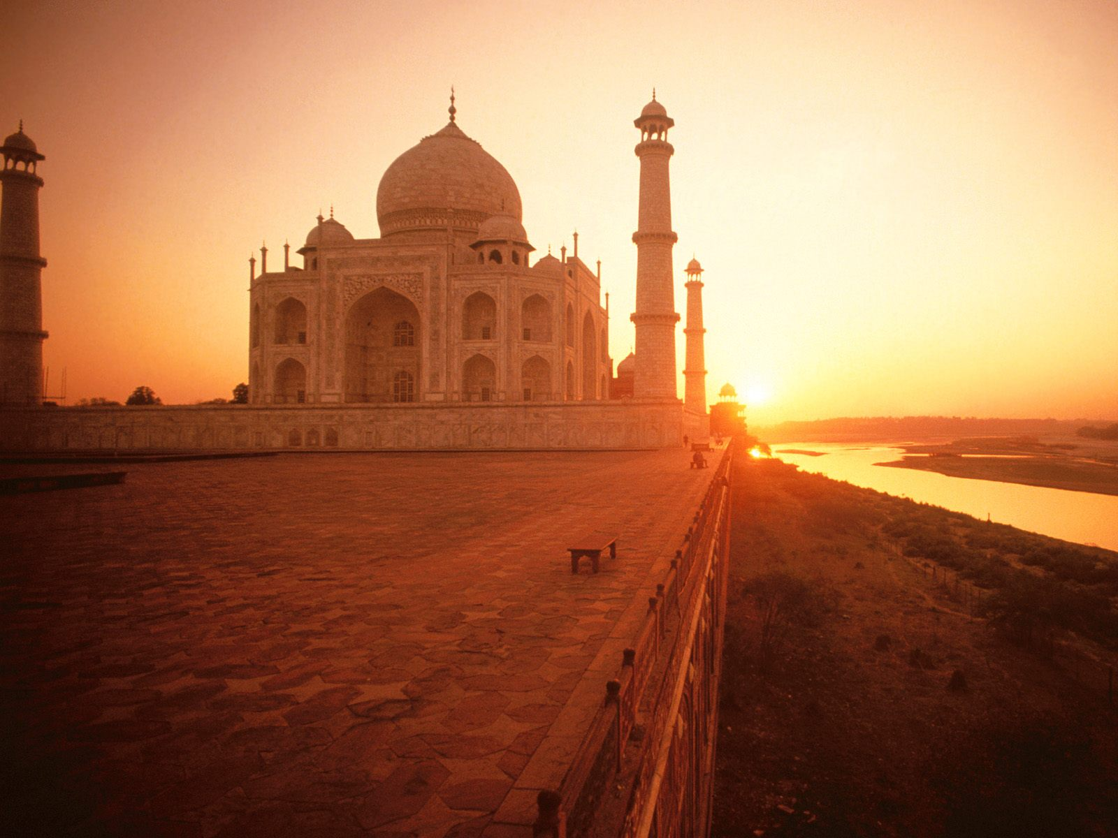 http://3.bp.blogspot.com/-R6WkH99ZR7E/TdpZdMoLZuI/AAAAAAAADxQ/7Oup1mbaYNI/s1600/3066-the-taj-mahal-at-sunset%252C-india-wallpaper.jpg