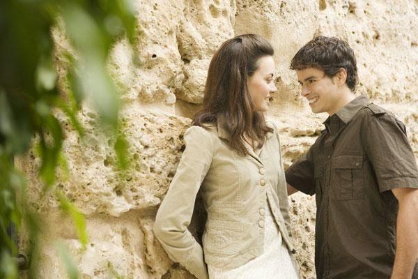 حركات آدم تفضح إعجابه بحواء - حبيبان عاشقان حب وهيام ولهان - two couples in love