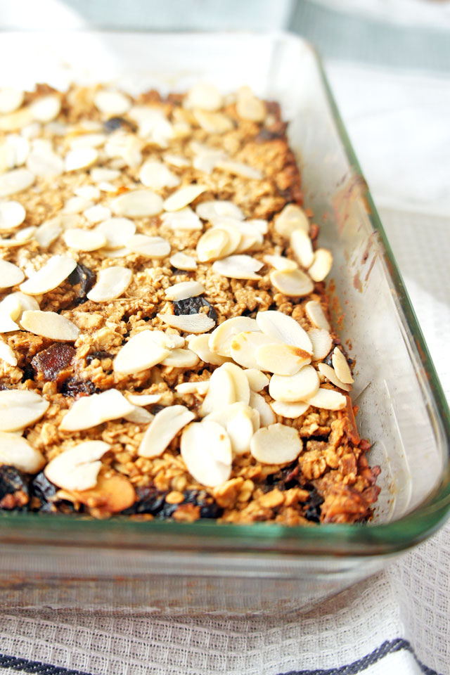 Bring Christmas to your breakfast with these sweet mince pie baked oats. They will make your house smell like Christmas. | The Road to Less Cake | #Christmas #mincepies #oatmeal #bakedoatmeal #bakedoats