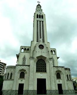 Fachada da Igreja São Pelegrino, em Caxias do Sul. Torre central com relógio no topo.