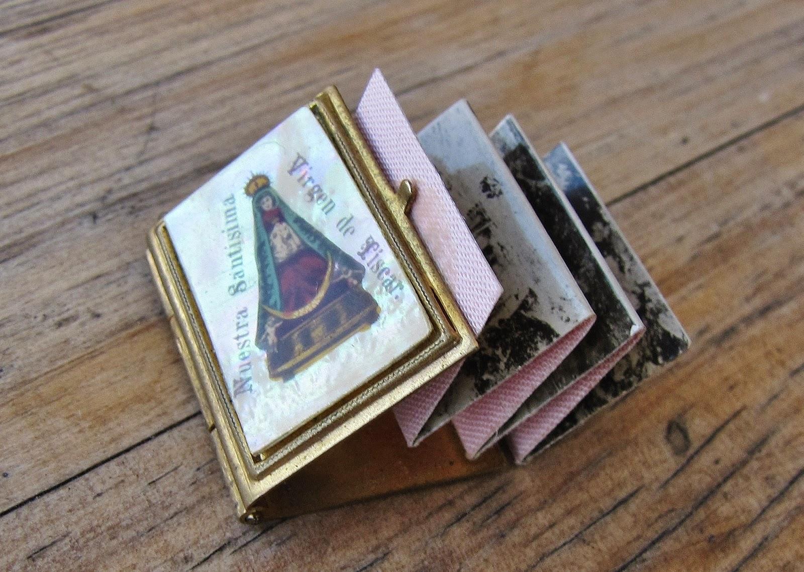 Colgante de la Virgen de Tíscar conteniendo álbum de postales en miniatura