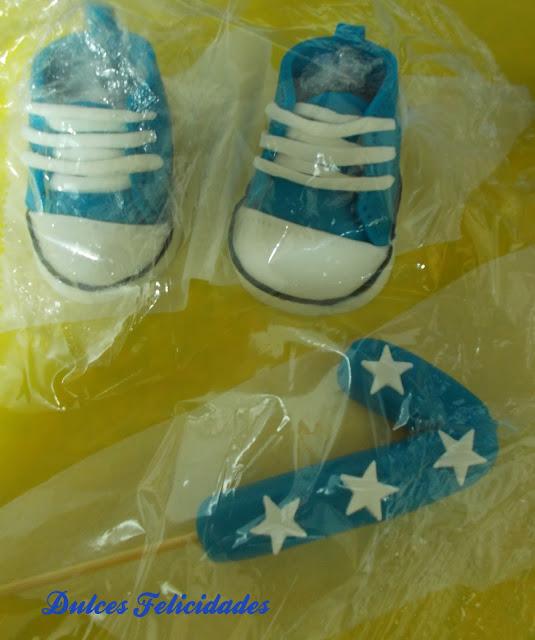 zapatillas tipo Converse de bebé en fondant