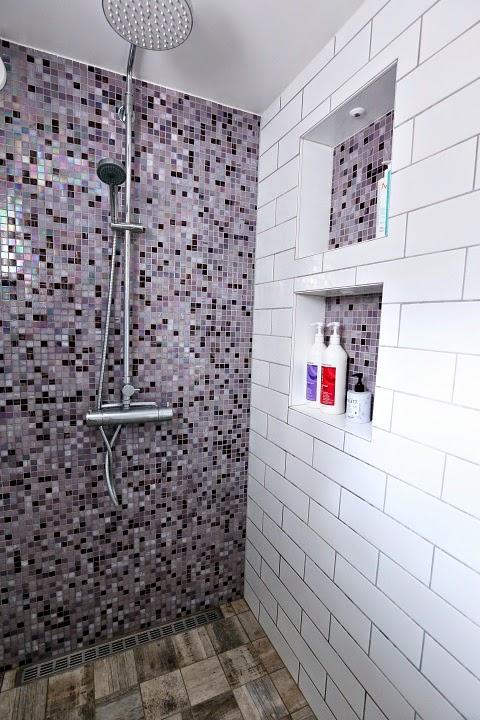 Det vi är allra mest nöjda med i duschen är de inbyggda hyllorna.