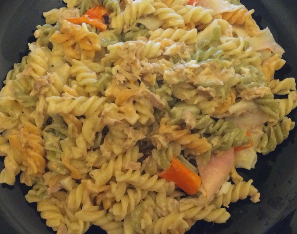 pasta con atún y palitos de cangrejo