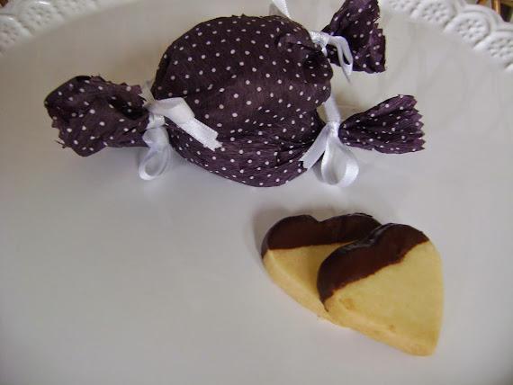 corações de confeiteiro com toque de chocolate belga, embalados em papel crepom
