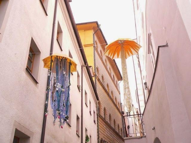 Bayern Passau Kunst Installation Höllgasse Regenschirme