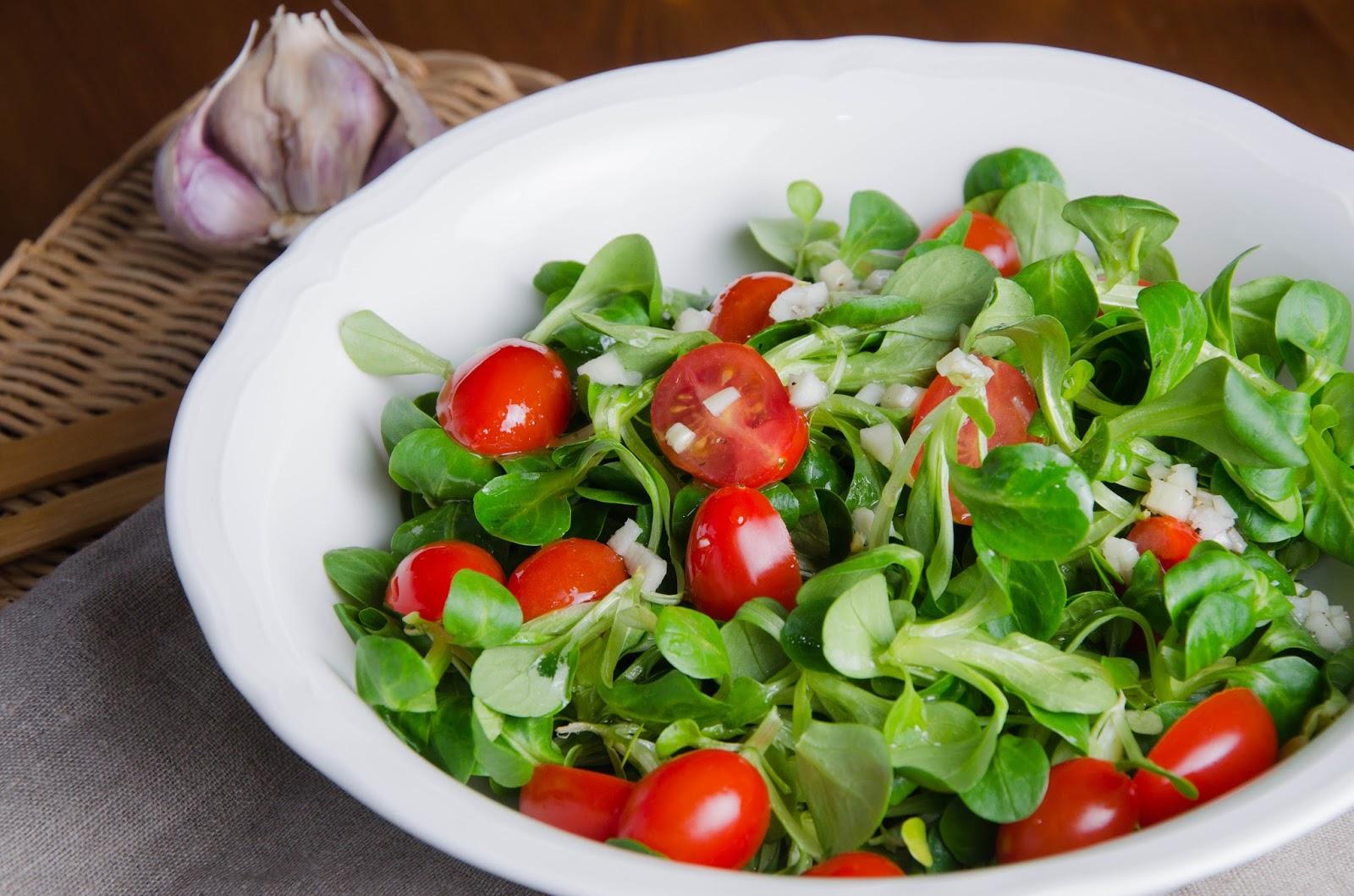 Sałatka z roszponki z pomidorkami koktajlowymi i czosnkowym winegretem