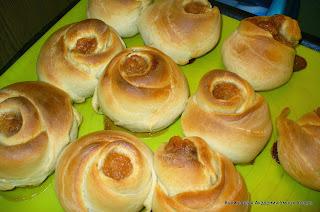 выпеченные булочки розочки