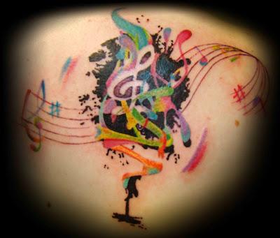 Tatuagem colorida com notas musicais