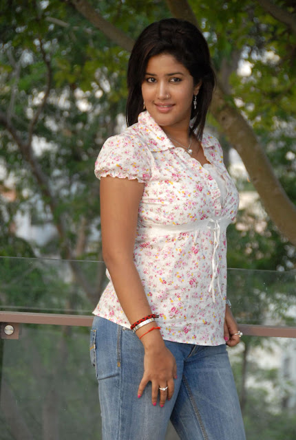 Sowmya In Jeans Cute Wallpapers cleavage