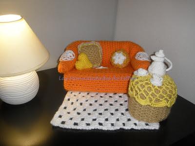 Salón compuesto por un sofá y una mesa de te cubrepañuelos