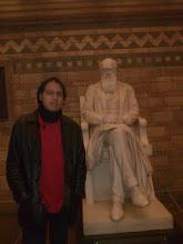 Con la estatua de Darwin