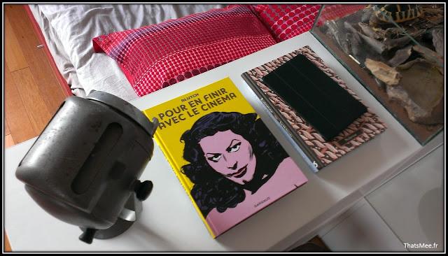 déco style loft 40m² meuble métier tiroir table Etsy 70s fauteuil club brocante, livre Pour en finir avec le cinéma, projecteur cinéma vintage déco