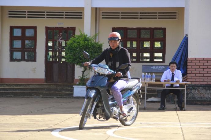 Gia Lai: Sát hạch lái xe cho đồng bào mù chữ