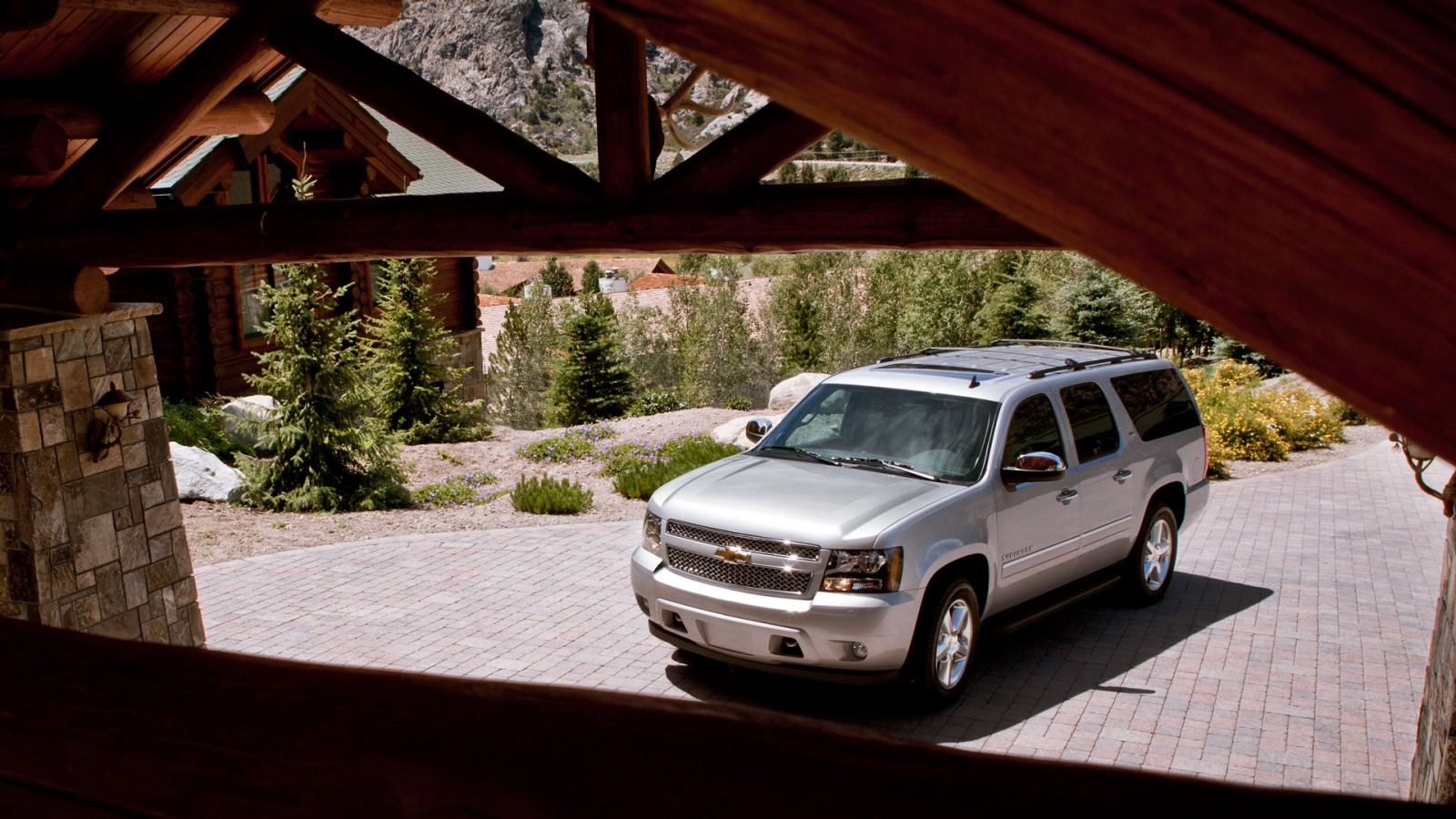 http://3.bp.blogspot.com/-R9oEZsLuQwQ/UJXJTxXCBPI/AAAAAAAAHK8/CXyH1bmECn8/s1600/Chevrolet-Suburban-SUV-2013-exterior-front-side-view-silver-white.jpg