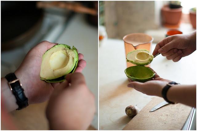 Отделяем авокадо от шкурки