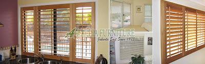 Blind and shutter jendela rumah dengan tirai