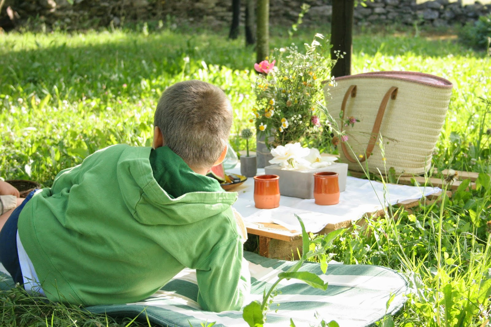 Merendando en la mesa del picnic del huerto con un palet y los diy floreros de cemento2
