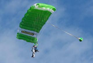 Paracaigudes twin arribant a terra a l'Aeroport de Sabadell.