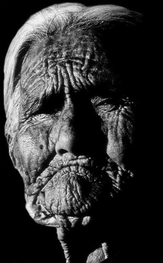 Gammel Navajo indianer-kvinde på 104 år