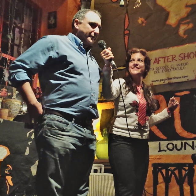 Actuación de la ventrílocua Isabel Camiña en el café Tarifa, con ventriloquía y humor