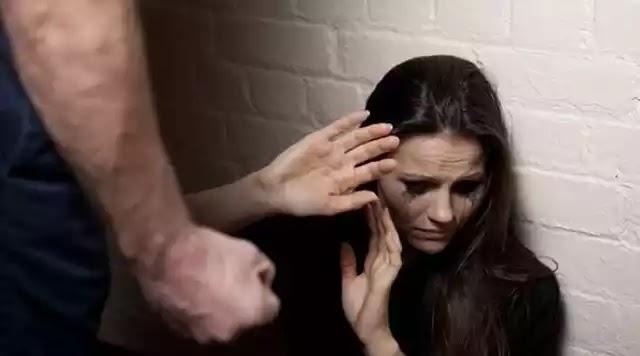 Έβριζαν, απειλούσαν και χτυπούσαν 37χρονη Ελληνίδα, για να την κάνουν π@ρνη
