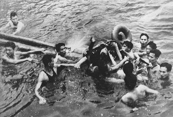Rarest Historical Photos, That you can Never Forget. - An airman (John McCain) being captured in Truc Bach Lake, Hanoi by Vietnamese in 1967.