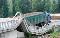 بالصور السلطات الصينية تطالب سائق شاحنة تسبب في تحطم كوبري بدفع مخالفة سير قيمتها 25 مليون دولار !