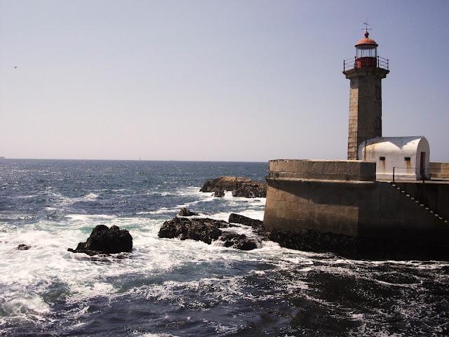Faro situado en la desembocadura del Duero, donde el viento sopla y las olas rompen con fuerza