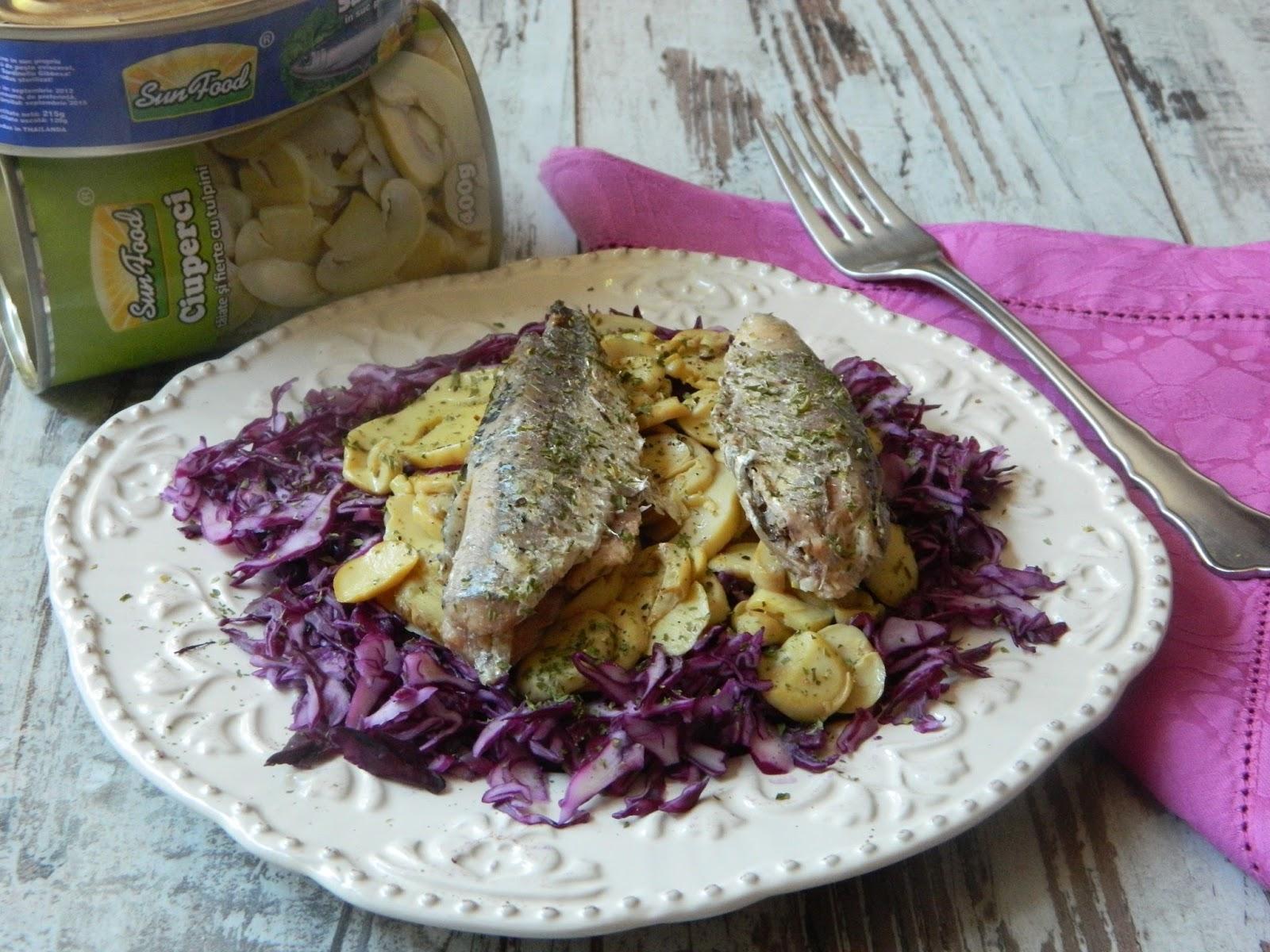 Salata cu varza rosie ,ciuperci si sardine