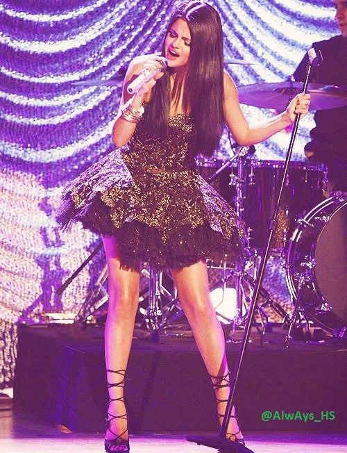 "Selena Gomez; ""u0130u015fime odaklanmayu0131 ve u00e7alu0131u015fmayu0131 u00e7ok seviyorum.Her iu015fimi kusursuz yapmaya u00e7abalu0131yorum, her yeni iu015fte bir u00f6ncekinin daha da iyisini yapmak iu00e7in u00e7ok u00e7alu0131u015fu0131yorum."