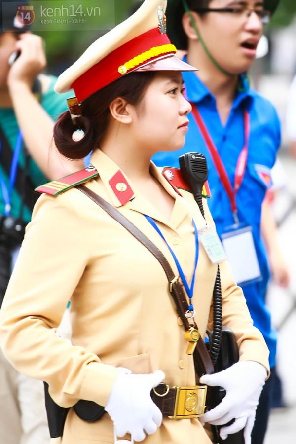 Hot girls Nữ cảnh sát giao thông xinh đẹp tại điểm thi ĐH Ngoại Thương gây sốt