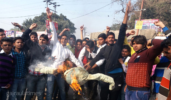 burining-of-effigy-in-gajraula-after-terror-attack-in-pathankot