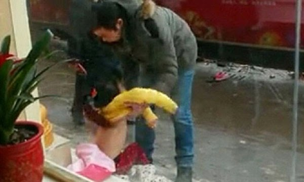 أب, يجرد, ابنته, من, ملابسها, ويسحلها, لرفضها, ارتداء, سترتها, صيني يجرد ابنته من ملابسها ويسحلها في الشارع,
