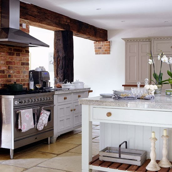 The little white house on the seaside full kitchen for Country style kitchen b q