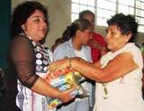 Entrega despenas Sonia Cuevas dirigente CNC Campeche en Calkiní. 29jun2011.