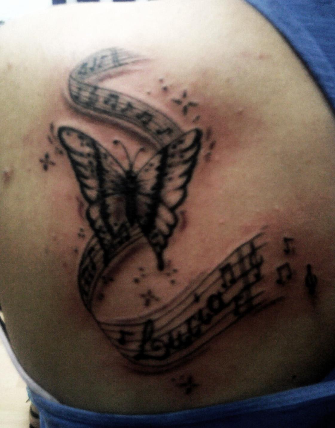 Mariposa y notas musicales