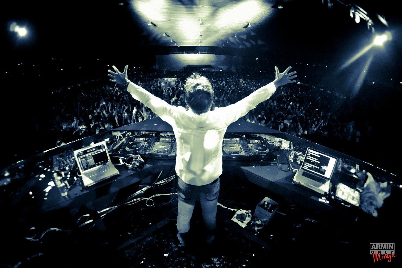 http://3.bp.blogspot.com/-RFTCHyESVu0/T0ENb7NKybI/AAAAAAAAAKw/mqQ4lWeS6jk/s1600/Armin+van+Buuren+live+op+Pioneer+CDJ-2000.jpg