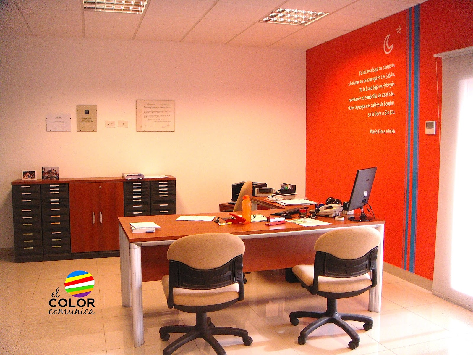 El color comunica colores de la marca plasmados en el for Colores de paredes interiores