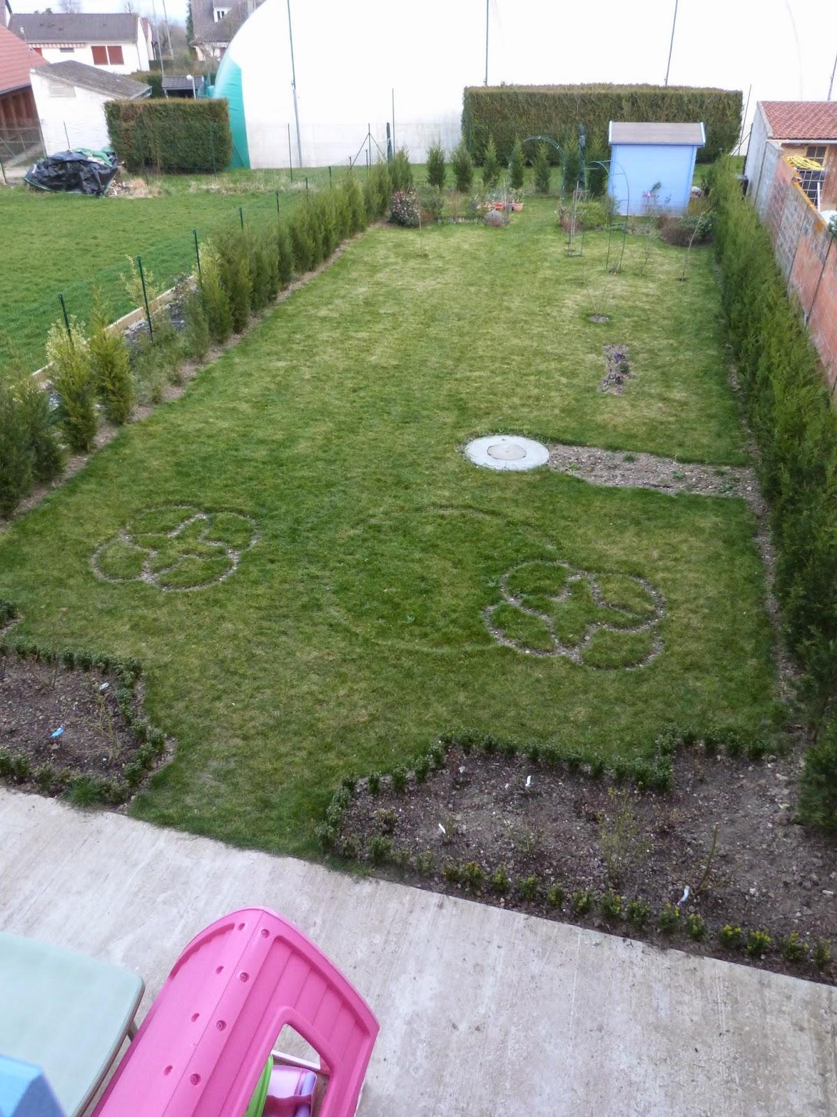 Un jardin des fleurs Plan large du jardin et travaux  venir