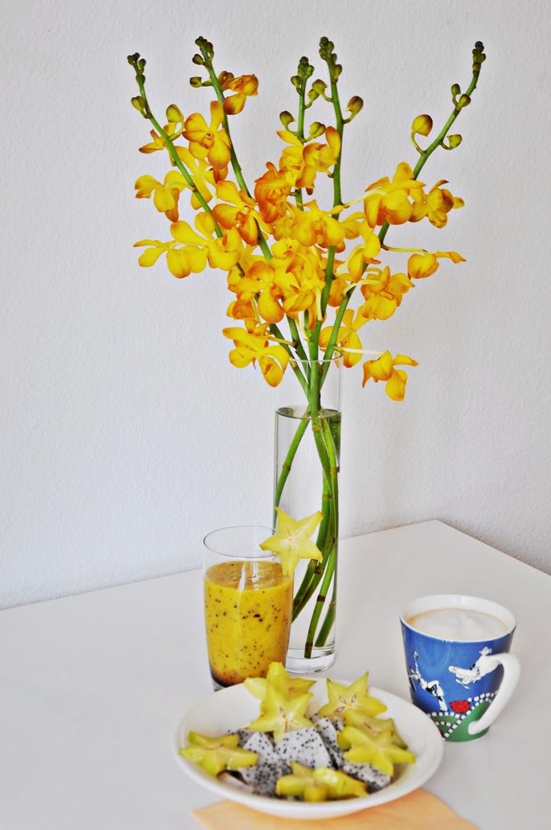 gesundes-frühstückck-mit-exotischen-früchten-smoothie