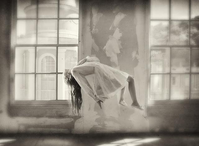 Тревожный Сон в черно-белых фотографиях Кэролайн Хэмптон
