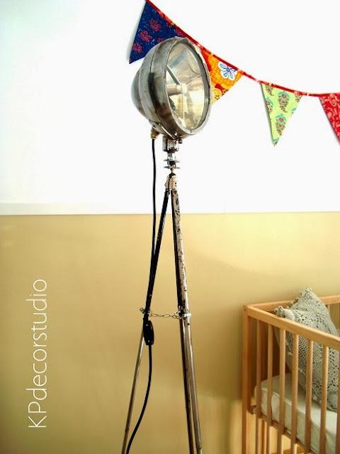 Focos y lámparas auxiliares para iluminar el salón de forma original.  Focos de cine vintage sobre trípode