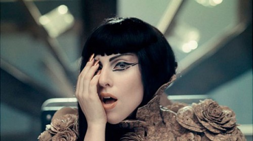 Lady Gaga, μια μαριονέτα των Illuminati..