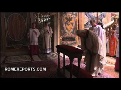 Papa ante la tumba de San Pedro