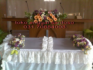 rangkaian bunga gereja dan bunga untuk altar