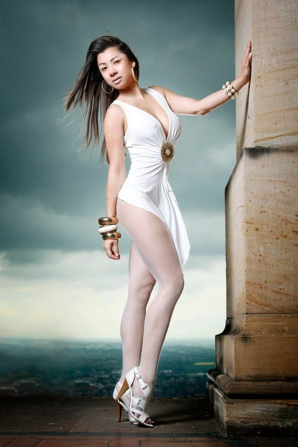 Pose Jennifer Kurniawan 2