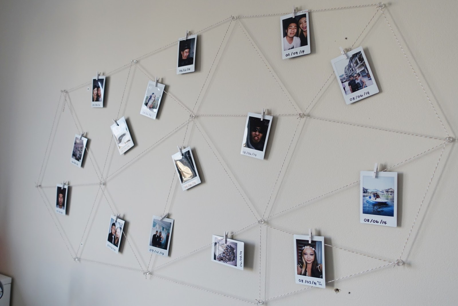 The blushing introvert diy polaroid photo wall display video - Polaroid fotos deko ...