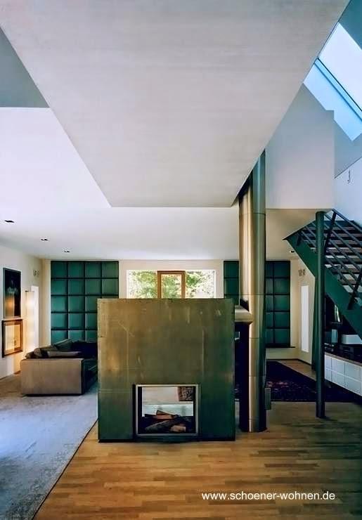 Sala de estar con chimenea en el interior de casa residencial alemana contemporánea