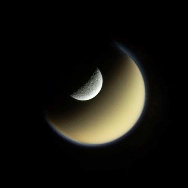 Gambar Close Up Bulan Terbesar Planet Zuhal Unikversiti